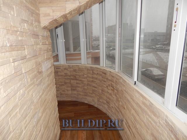 Дизайн балкона с использование декоративного камня из гипса.