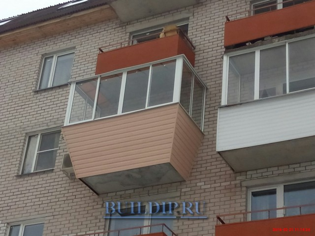 Холодное остекление балкона с выносом подоконника алюминиевы.