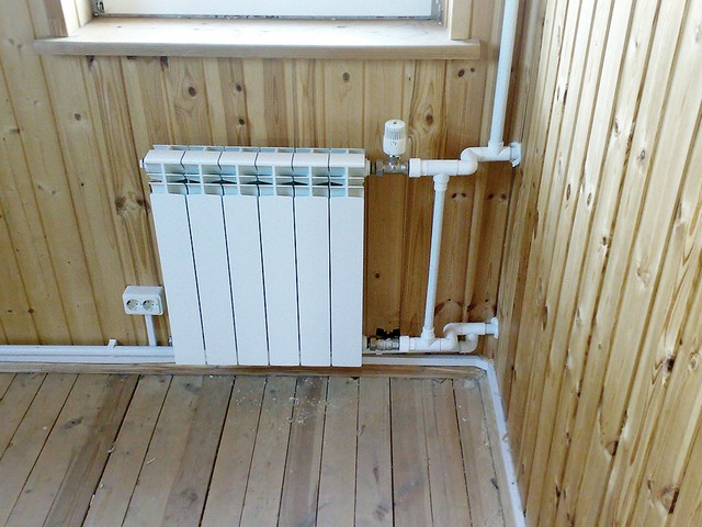 Монтаж радиатора на деревянную стену.