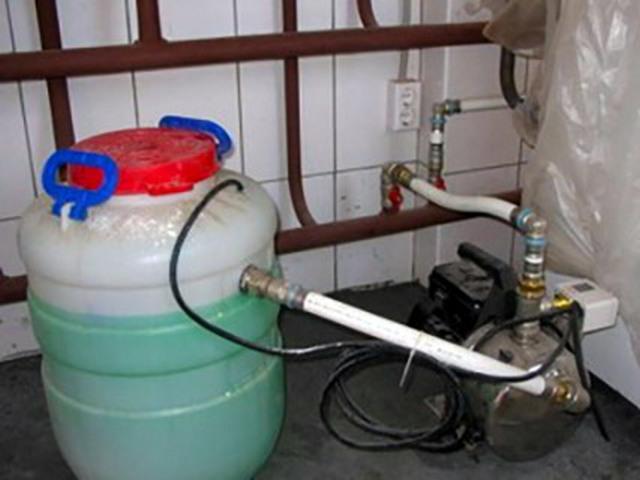 Закачка антифриза в систему отопления.