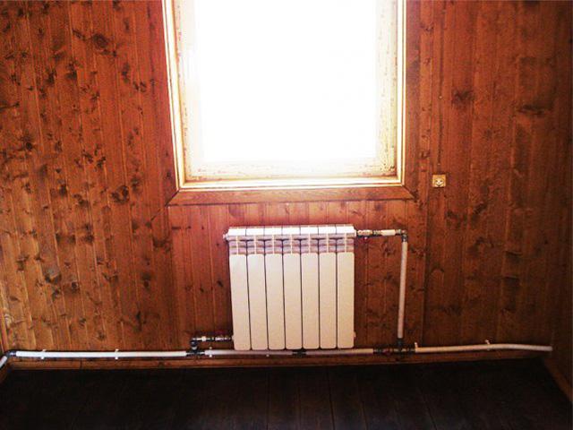 Нижнее подключение радиатора отопление с краном на перемычке.